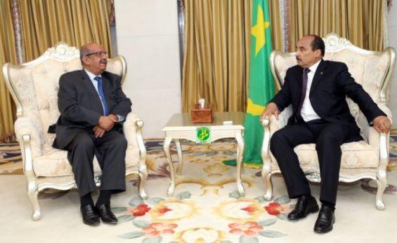 وزير الخارجية الجزائري عبد القادر مساهل أثناء استقباله من طرف الرئيس الموريتاني محمد ولد عبد العزيز/ صورة وكالة الأنباء الموريتانية