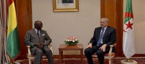 Le chef du gouvernement algérien et le ministre d'Etat guinéen de la Sécurité et de la protection civile, mercredi soir à Alger.