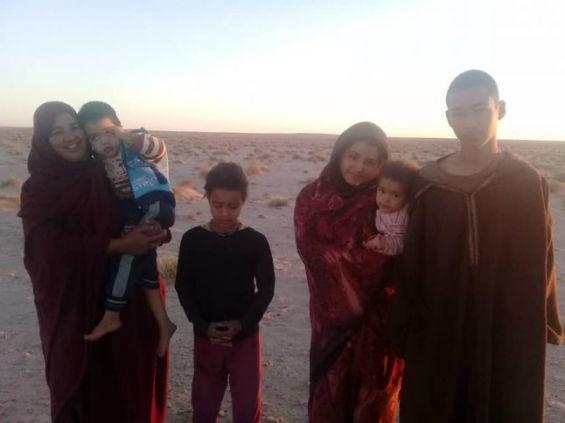 Mijek : Une famille des camps de Tindouf observe un sit-in devant le siège de la MINURSO