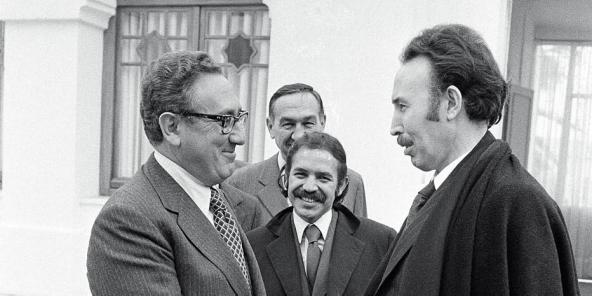 Alger, le 14 décembre 1973. Le secrétaire d'État américain (à g.), le président algérien (à dr.) et son ministre des Affaires étrangères (au centre), qui occupe aujourd'hui la fonction suprême. © MICHEL LIPCHITZ/AP/SIPA