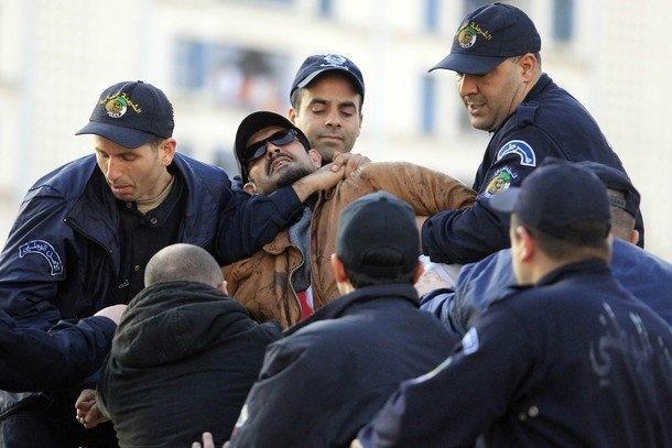 Archive : Arrestation du militant des droits de l'Homme Yacine Zaid lors d'une manifestation