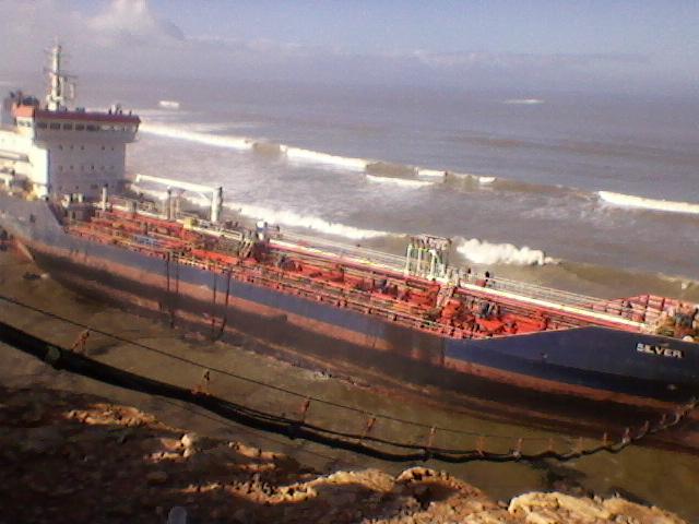 """الانتهاء من تفريغ السفينة """" سلفير """" من حملتها المقدرة ب 5000 طن من مادة الفيول"""