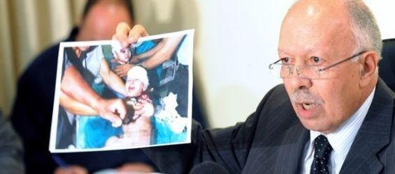 وزير الاتصال السابق خالد الناصري يحمل صورة الأطفال الفلسطينيين