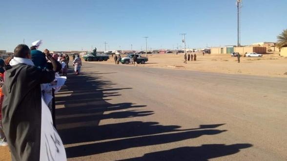 Le polisario sort des blindés pour terroriser des manifestants sans défense
