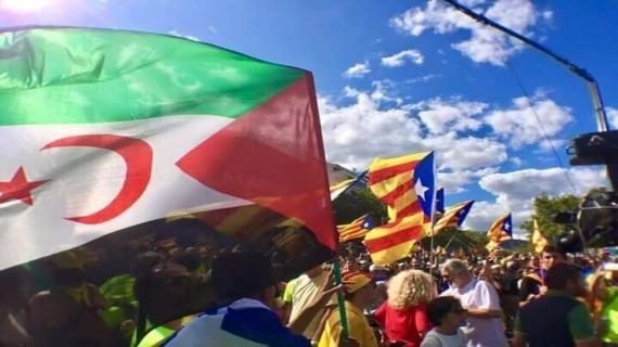 """Le fanion de la soi-disant """"république catalane"""" et celui de la chimérique """"rasd"""", arborés lors d'une précédente manifestation commune en Espagne."""