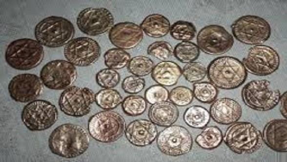 D'anciennes pièces de monnaie marocaine, frappées du sceau de la dynastie alaouite, très prisées des chercheurs de trésor algériens.