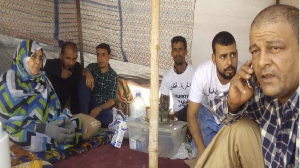 L'épouse, les enfants et les proches d'Ahmed El Khalil lors de leur sit-in ouvert à Rabouni.