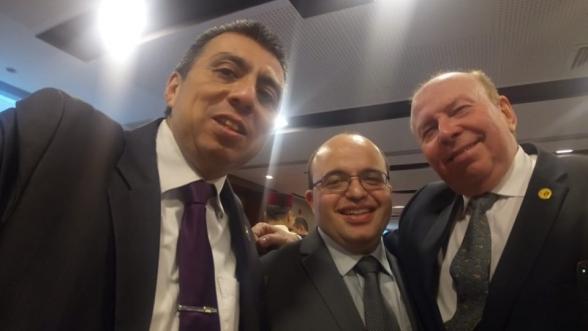 """Dante Dario Diaz Wang (G), ex-avocat de la fausse """"ambassadrice de la rasd au Pérou"""", Khadijatou el Mokhtar, et le président du """"Conseil péruvien de solidarité avec le peuple sahraoui"""", Ricardo Serra (D), entourant le diplomate marocain Abdelilah Nejjari."""