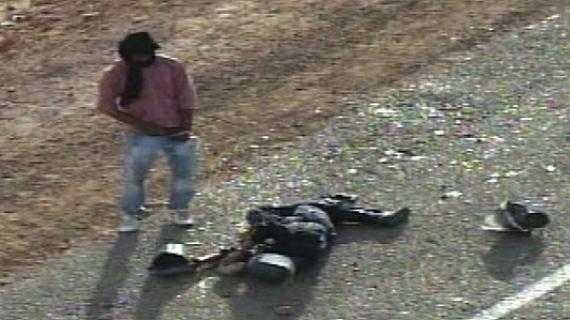 Un membre de Polisario urine sur le coprs d'un agent de protection civile