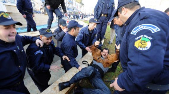 Les autorités algérienne lors une répression d'une manifestation